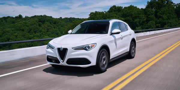 Alfa Romeo Stelvio 2020 blanc roulant à toute vitesse sur la route