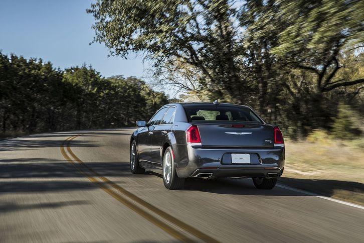 2018 chrysler lineup. Interesting Chrysler 2018 Chrysler 300 Classic Design Exterior Rear View In Chrysler Lineup