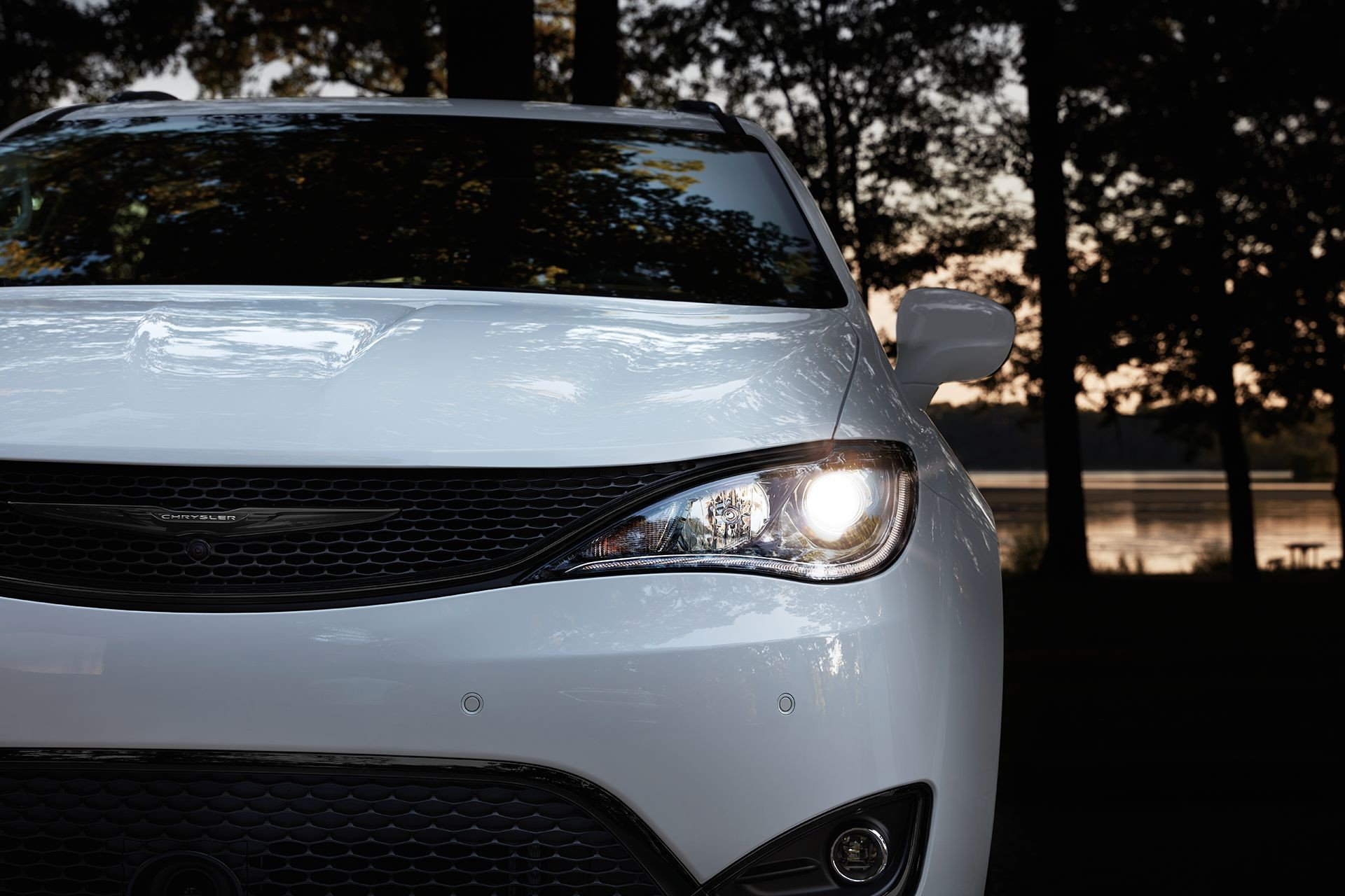 2019 Chrysler Pacifica white exterior LED lamps