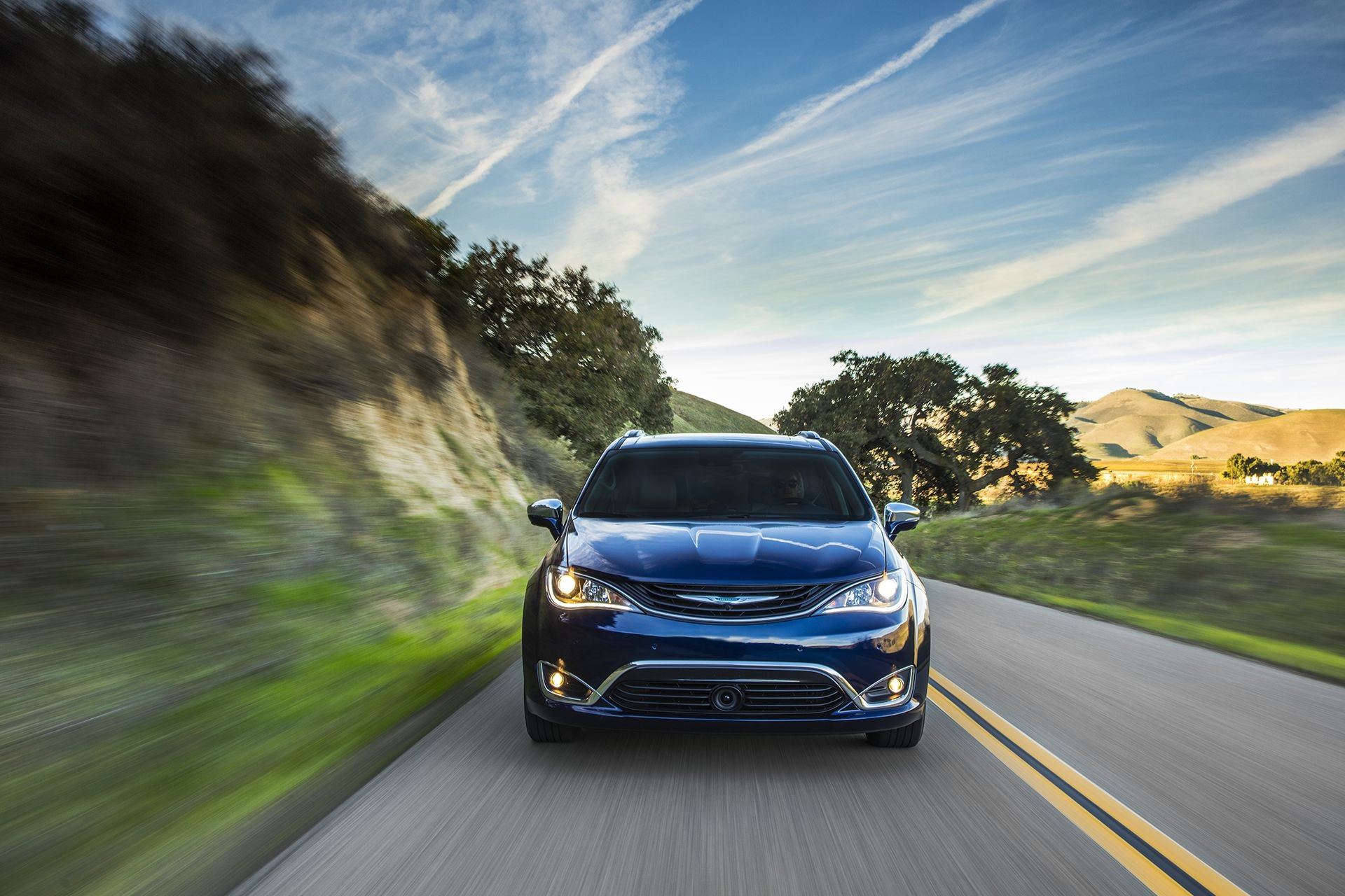 Chrysler Pacifica Hybrid 2018 Exterior Front-view Road Lifestyle