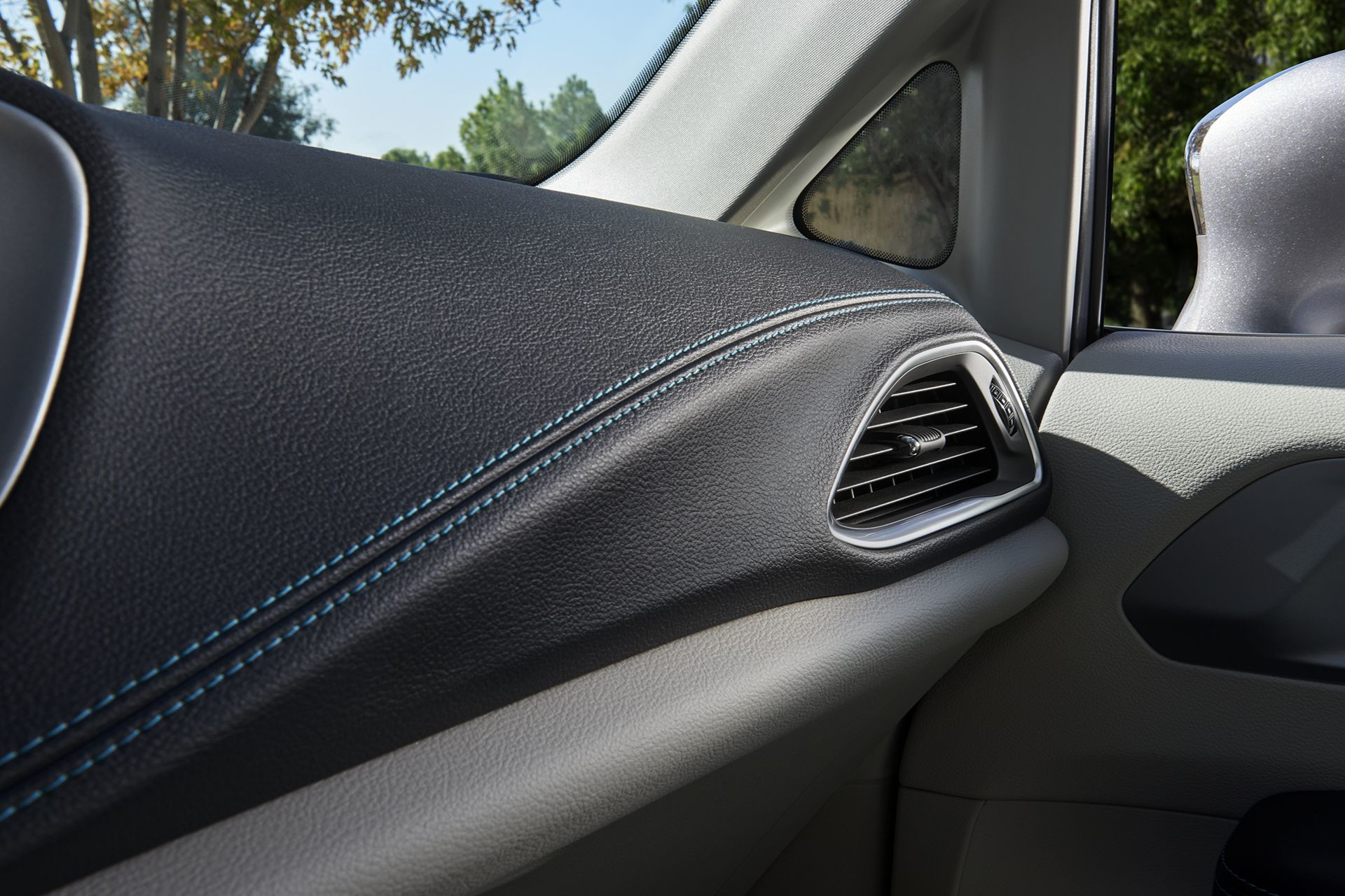 Chrysler Pacifica Hybrid 2018 Interior Front Dashboard Air Vent