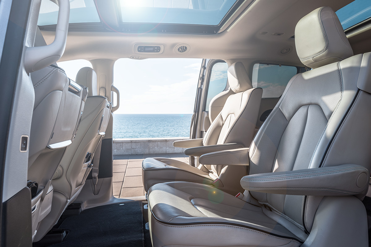2019 Chrysler Pacifica Hybrid with Alloy seats and blue accent stitching