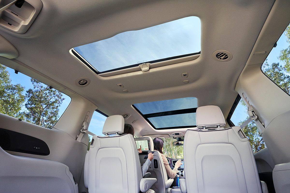 2019 Chrysler Pacifica Hybrid tri-pane sunroof