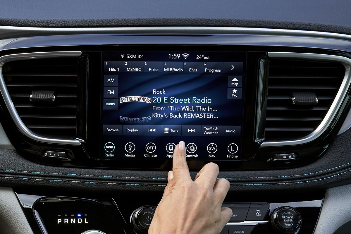 2019 Chrysler Pacifica Hybrid Uconnect centre console system