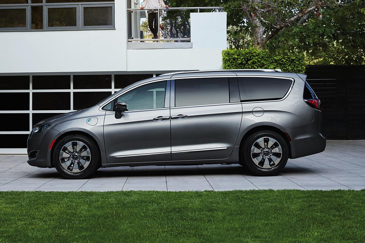Chrysler Pacifica Hybrid 2020 stationnée dans une entrée à l'avant d'une maison
