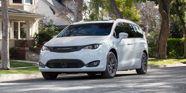 Chrysler Pacifica Hybrid 2020 blanche garée dans la rue d'un quartier