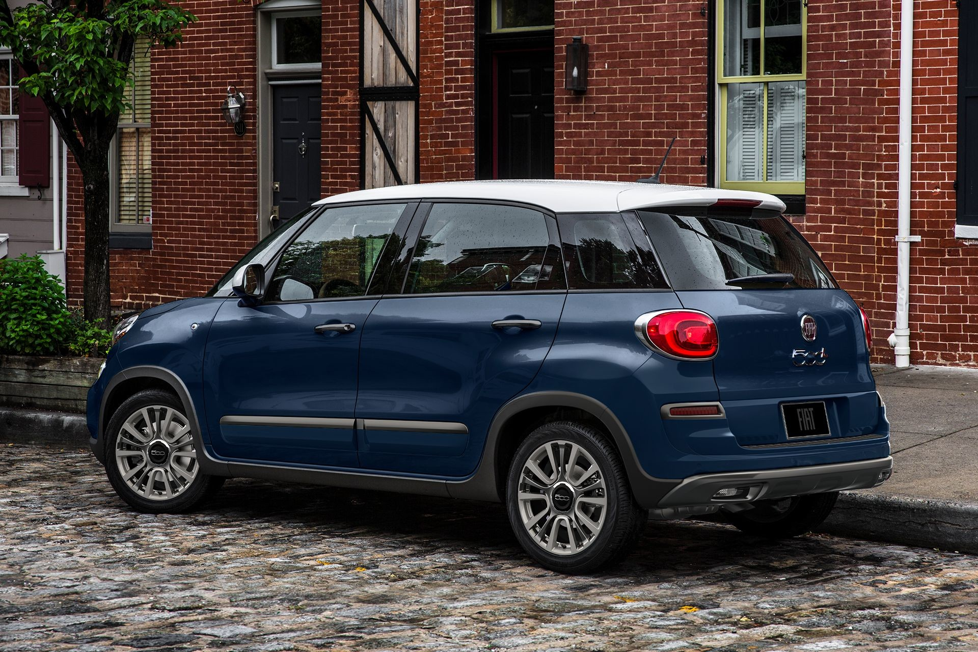2018 Fiat 500L exterior side view in blue with coloured roof