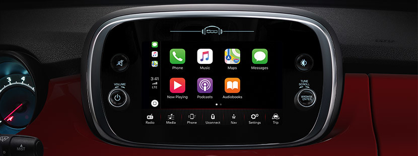 The 7-inch multi touchscreen of the FIAT 500X displaying the Apple CarPlay function