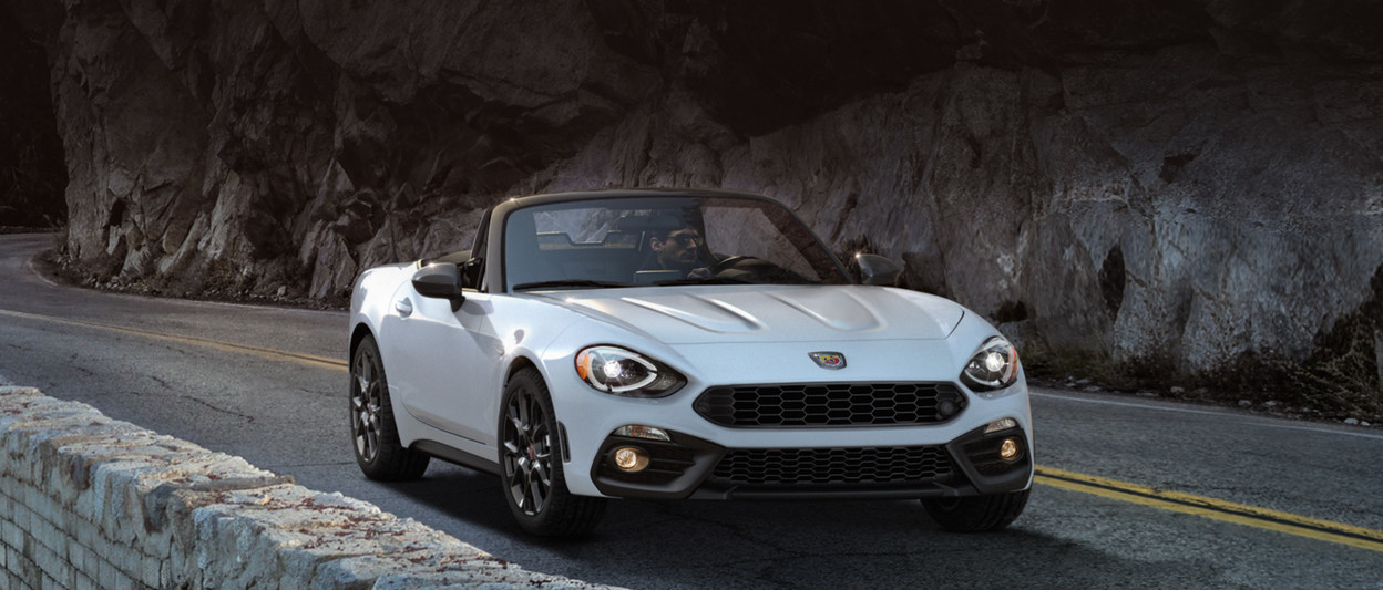 FIAT 124 Spider Roadster 2018 – vue de face, illustrée en blanc