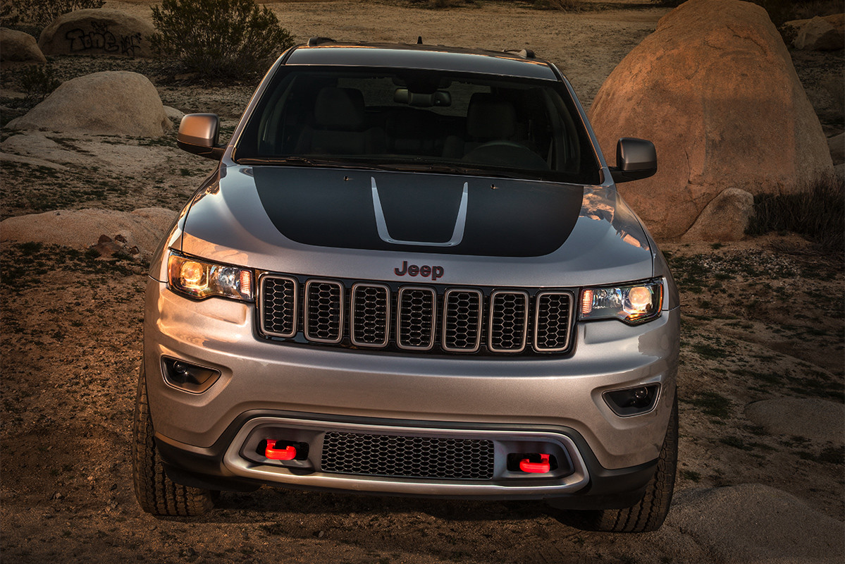 Jeep Grand Cherokee 2019 de couleur grise roulant à travers un plan d'eau