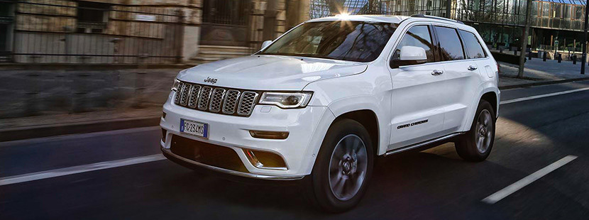 Jeep Grand Cherokee 2019 illustré en blanc, roulant